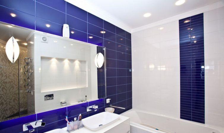 Белый и синий цвета - классическое сочетание для ванной комнаты