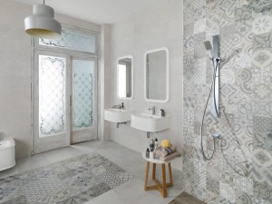 Пример интересного использования плитки с абстрактным рисунком в дизайне интерьера