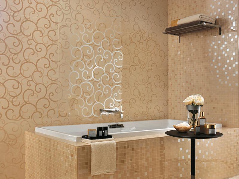 Декор ванной будет еще интереснее, если совместить плитку и мозаику