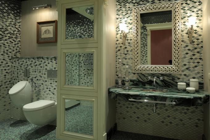 Интерьер просторного туалета в стиле модерн