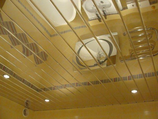 В небольшое помещение свой выбор можно остановить на потолке с зеркальным эффектом
