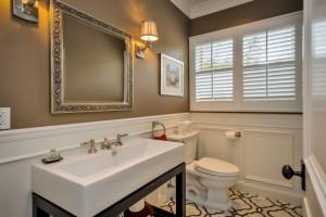 Совмещенный санузел способен сэкономить пространство и дать возможность разместить необходимую мебель и сантехнику