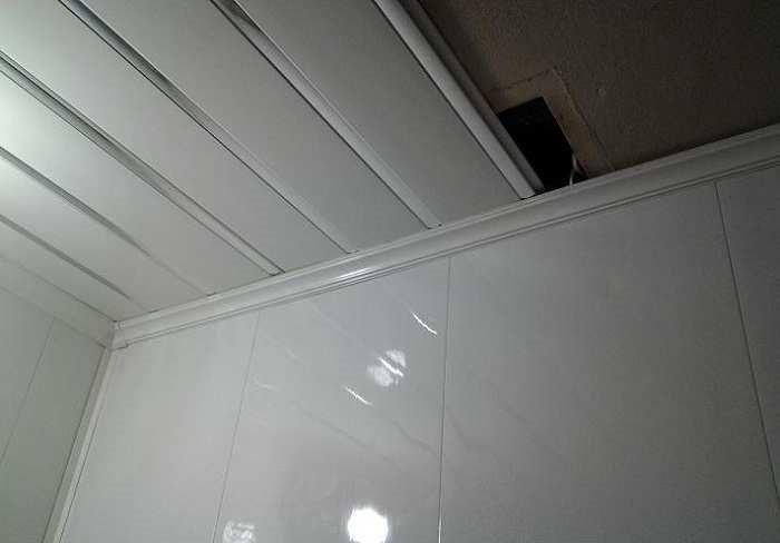 Классический вариант интерьера ванной с ПВХ панелями