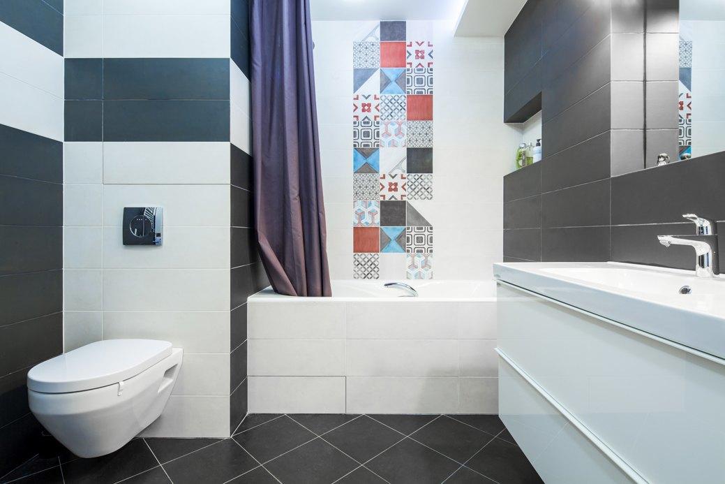 """В маленькой ванной лучше использовать светлые оттенки, и вместе с тем можно добавить яркий акцент, чтобы комната """"заиграла"""""""
