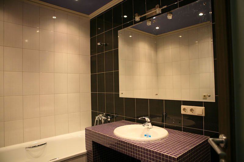 Оригинальное оформление ванной сочетая плитку и мозаику