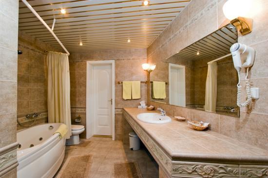 При выборе потолка важно учитывать размеры помещения