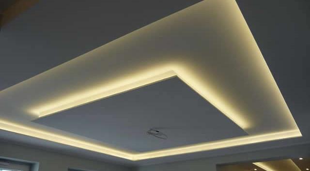 Гипсокортон и освещение позволят создать необычный потолок