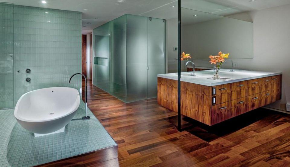 Использование темного дерева и светлой бирюзы в ванной