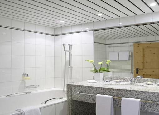 Пример реечной конструкции в ванной комнате