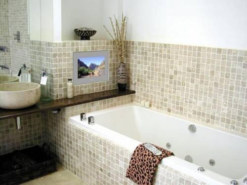 Маленькое пространство ванной зрительно увеличат светлые оттенки