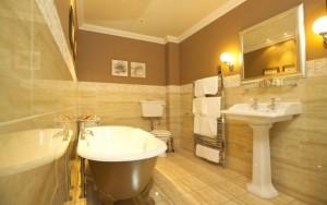 """Ванная комната в """"теплой"""" цветовой гамме поможет расслабиться и снять усталость после трудового дня"""