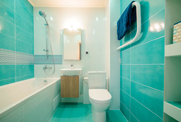 Сочетание белого и бирюзы сделает ванную зрительно просторнее