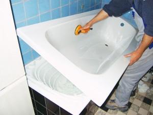 Установку вкладыша в ванну лучше доверить специалисту, который сделает все быстро и качественно