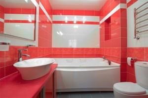 При оформлении ванной комнаты очень важно убрать лишнее и не загромождать пространство