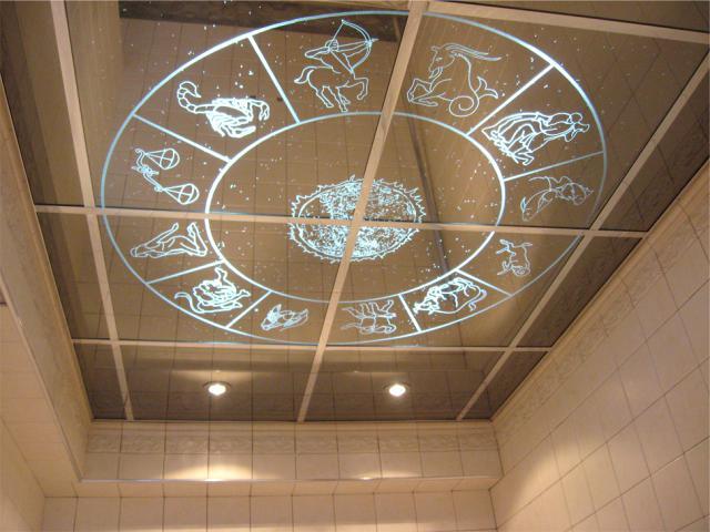 Вариант потолка с отражающим эффектом и рисунком