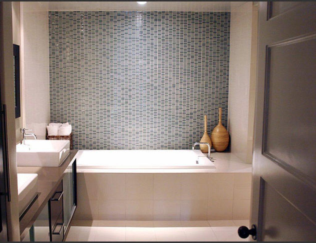Светлая плитка небольшого размера идеально подойдет для оформления комнаты