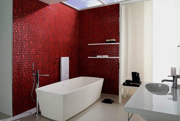 Мозаику ярких оттенков лучше использовать в просторной комнате