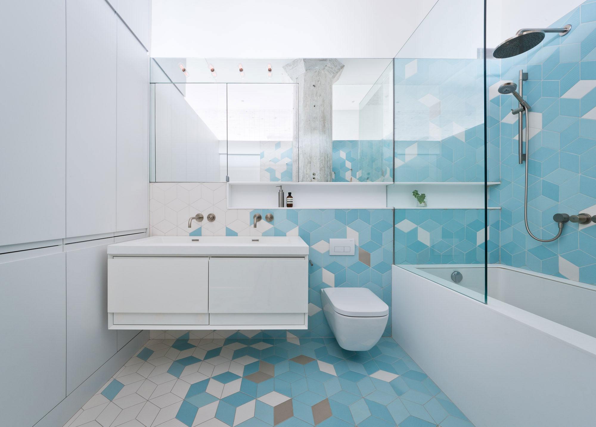 Благодаря многообразию форм и цветовых решений плитки появляется возможность создать оригинальный интерьер комнаты