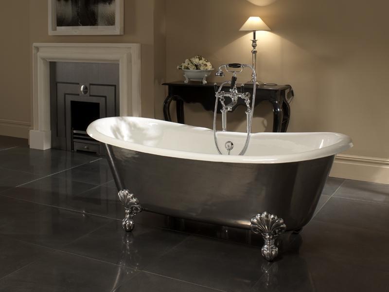 Отдельностоящая чугунная ванна придаст интерьеру статусность, а хозяевам при ее принятии комфорт и приятные ощущения