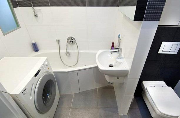 В небольшой ванной комнате лучше избегать громоздкой мебели
