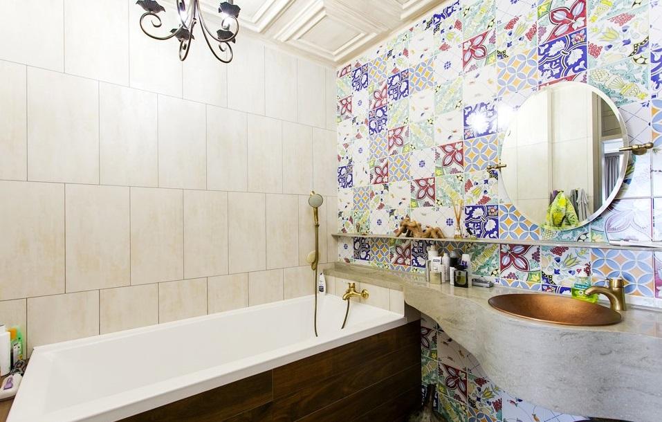 Сочетание однотонного кафеля и декоративной плитки с орнаментом в качестве акцента