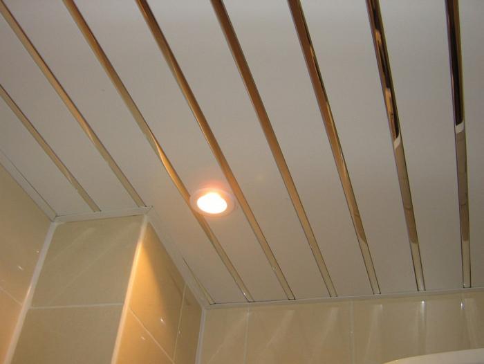 Реечный потолок имеет массу преимуществ, в том числе простоту монтажа