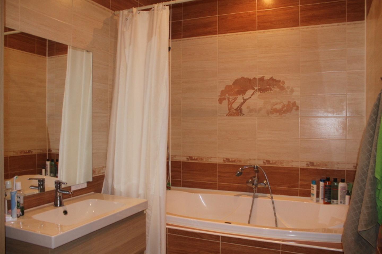 Дизайн ванной в бежевых тонах в хрущевке