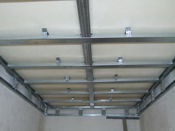 Перед монтажом гипсокартона, устанавливается потолочный каркас
