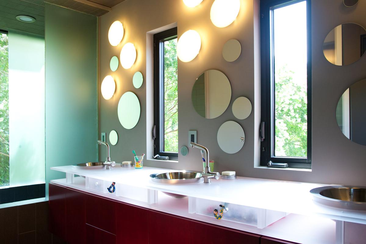 """Использование зеркал разного размера придаст комнате """"изюминку"""""""