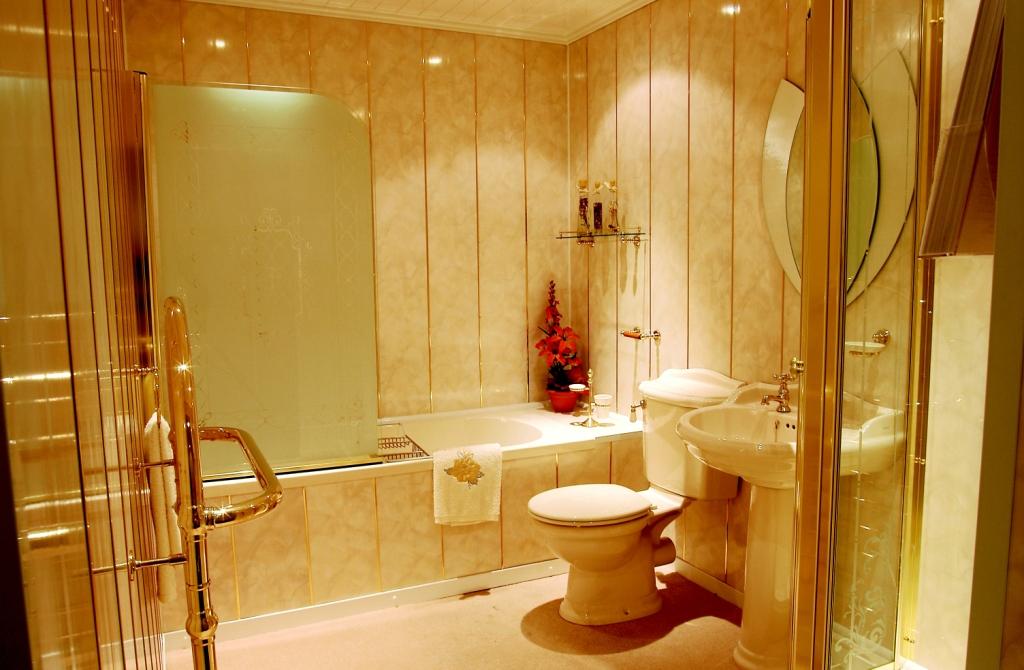 Отделка ванной панелями ПВХ будет выглядеть добротно, и вместе с тем стоить дешевле