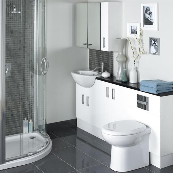 В небольшой комнате для увеличения пространства лучше установить душ