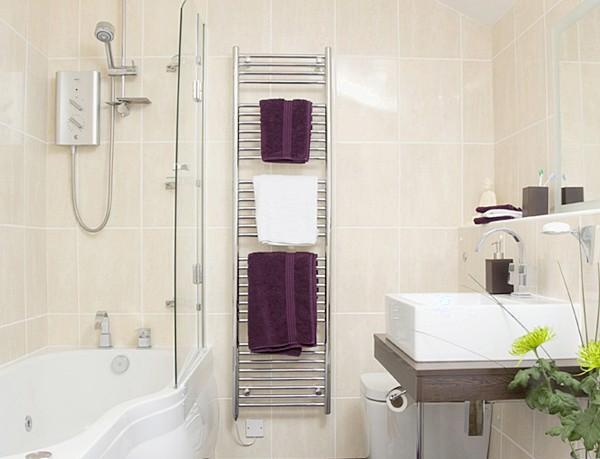 Светлая плитка увеличивает пространство, и в то же время вертикальная - может добавить высоты помещению