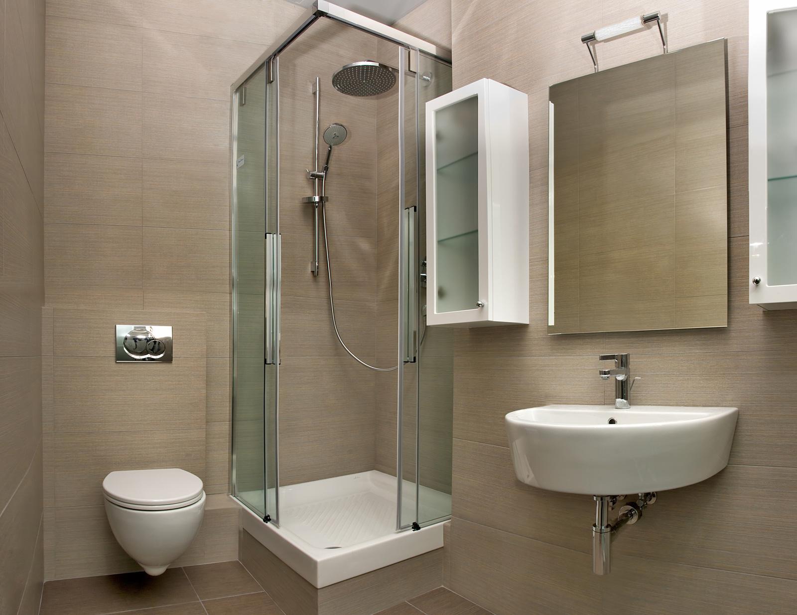 Чаще в маленьких ванных комнатах для экономии пространства используют душевые кабины