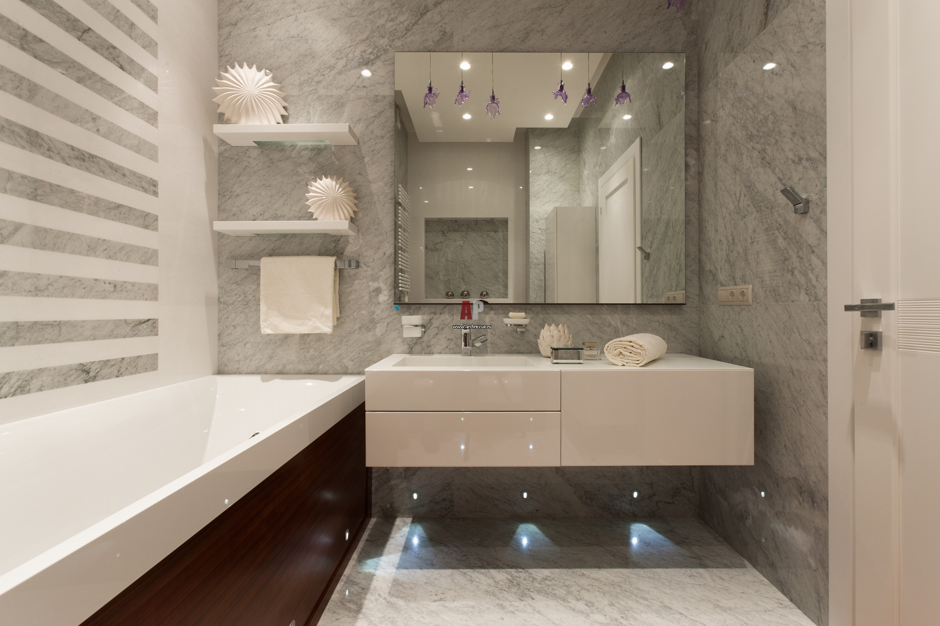 Ванная будет казаться просторнее, если использовать навесную мебель и подсветку