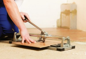 Существует множество способов резки плитки, в том числе те, которые можно применять самостоятельно