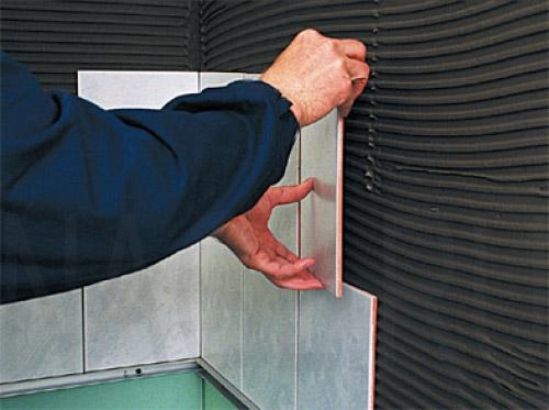 Перед укладкой плитки своими руками необходимо провести подготовительные работы