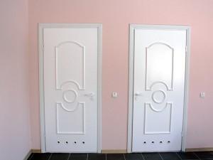 Важная деталь при выборее - это конструкция двери