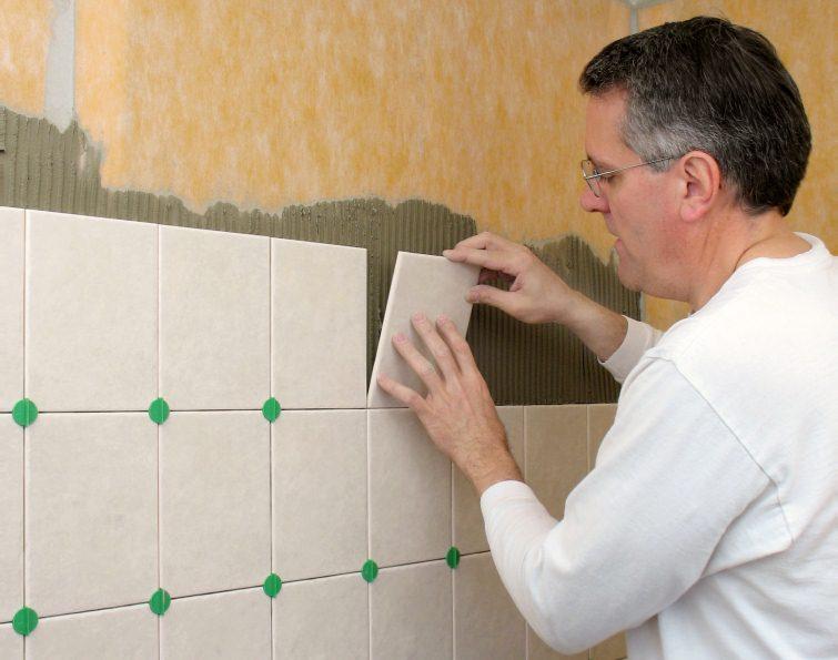 Перед укладкой плитки необходимо заранее подготовить расходные материалы и необходимые инструменты