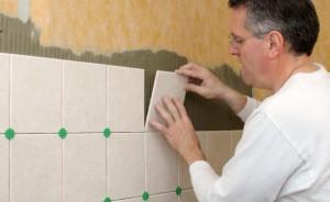 Самостоятельная укладка плитки в ванной возможна, главное заранее приобрести необходимые материалы и посмотреть видео в интернете