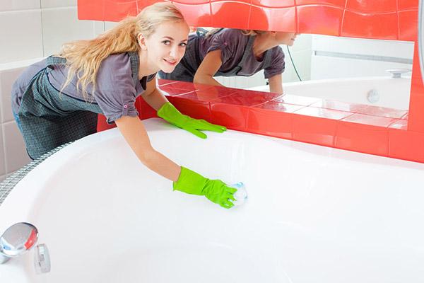 При уборке пользоваться только специальными средствами для акрила и следовать инструкции - это поможет не повредить поверхность изделия