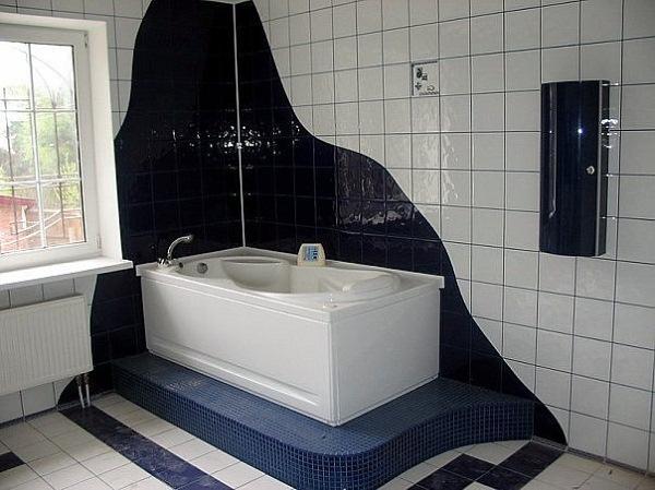 Различные варианты оформления плитки в ванной могут также выделить зоны в комнате