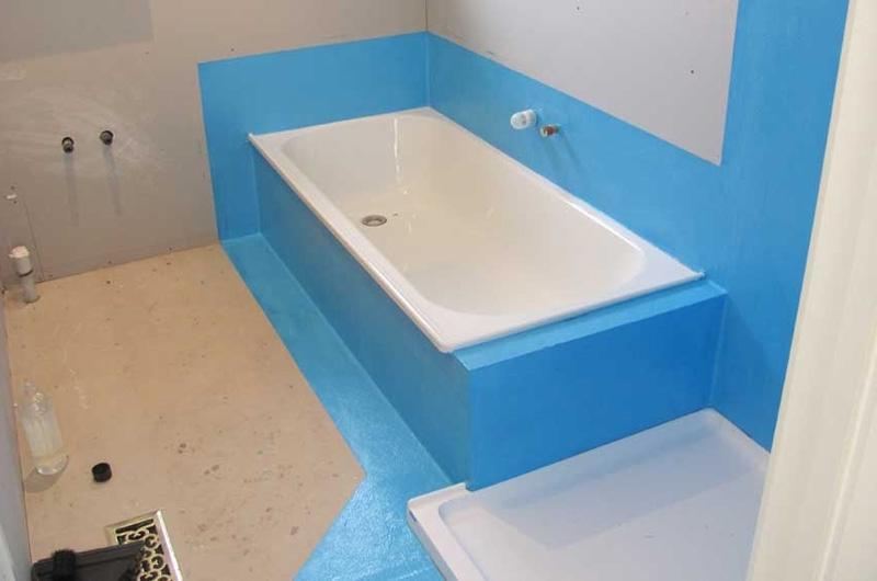 Места примыкания ванны к стенам нужно тщательно обработать гидроизоляционными материалами