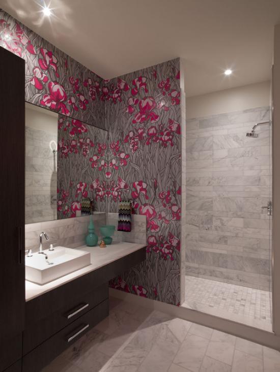 Декорирование обоями части стены в ванной
