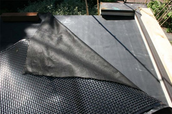 Гидробарьер чаще всего представлены на рынке в виде рулонных материалов