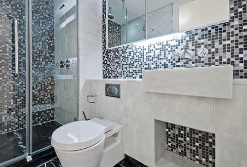 Часто мозаикой декорируют отдельные части ванной комнаты