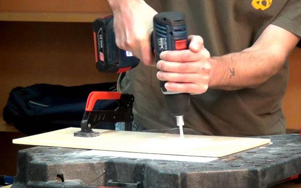 Сверление не приклеенной плитки выполняют на ровной поверхности