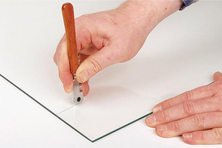 Для качественного результата при использовании стеклореза, предварительно нужно познакомиться с правилами