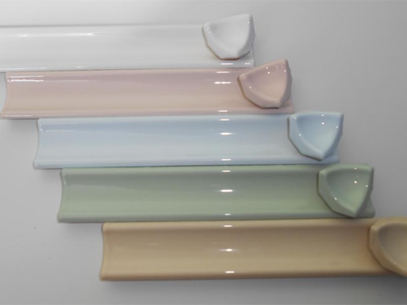 На рынке представлены разнообразные варианты бордюров, можно также подобрать в тон отделки