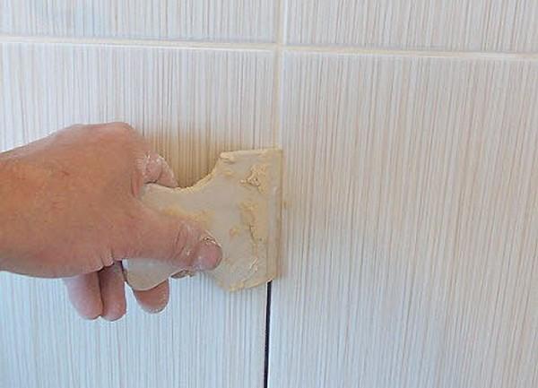 Производить затирку швов в ванной комнате необходимо при помощи качественных составов с отличными показателями эластичности и влагоустойчивости