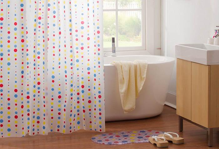 Добавить ярких красок в оформлении ванной поможет мягкая шторка